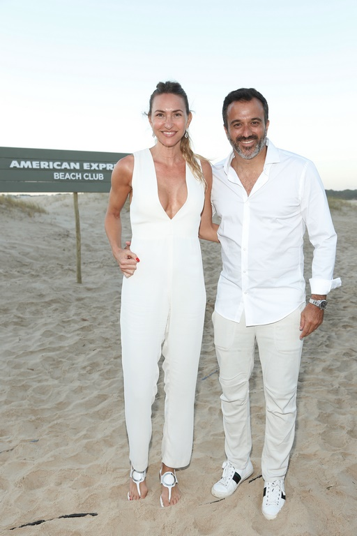 Andrea Bursten junto a su novio