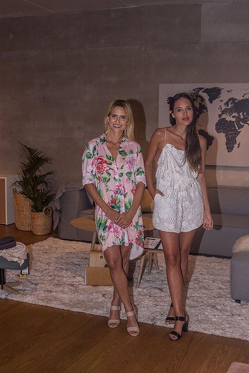 Sabina Hernández y Lucía Nini, influencers de Telodijenena en el cocktail de BoConcept Punta del Este