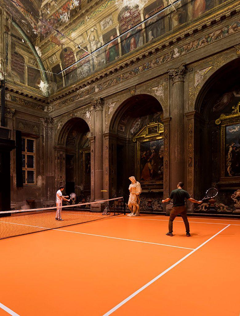 Una cancha de tenis en el interior de una iglesia en Milán loqueva