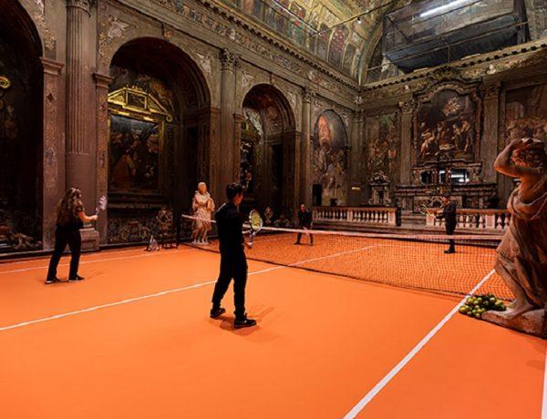 Una cancha de tenis en el interior de una iglesia en Milán loqueva (6)
