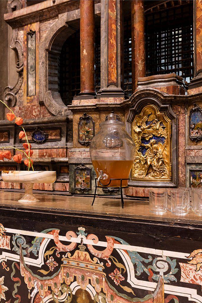 Una cancha de tenis en el interior de una iglesia en Milán loqueva (7)