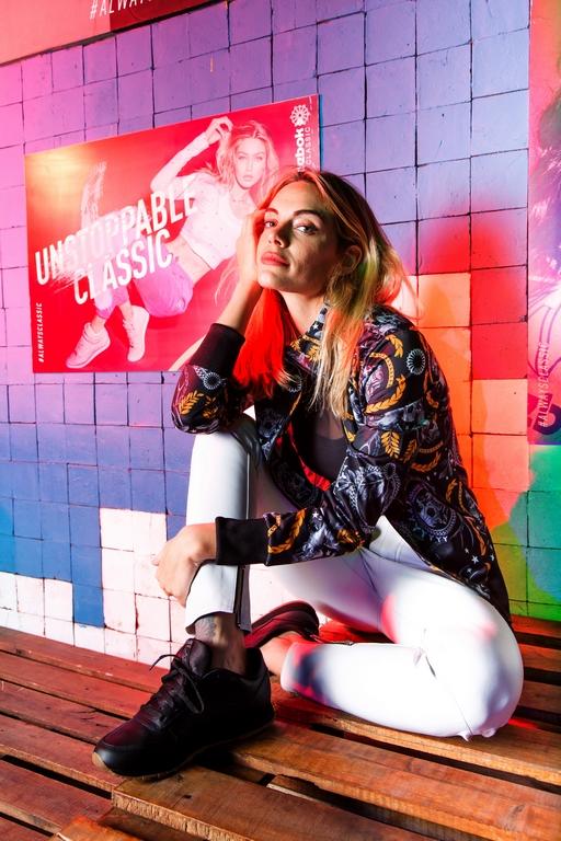La embajadora de la marca Emilia Attias eligió las zapatillas Reebok Classic Leather para el evento de lanzamiento