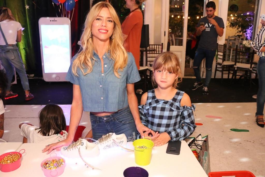 Nicole Neumann y su hija Allegra en FOOTY