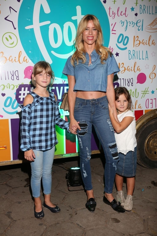 Nicole Neumann y sus hijas Allegra y Sienna en FOOTY