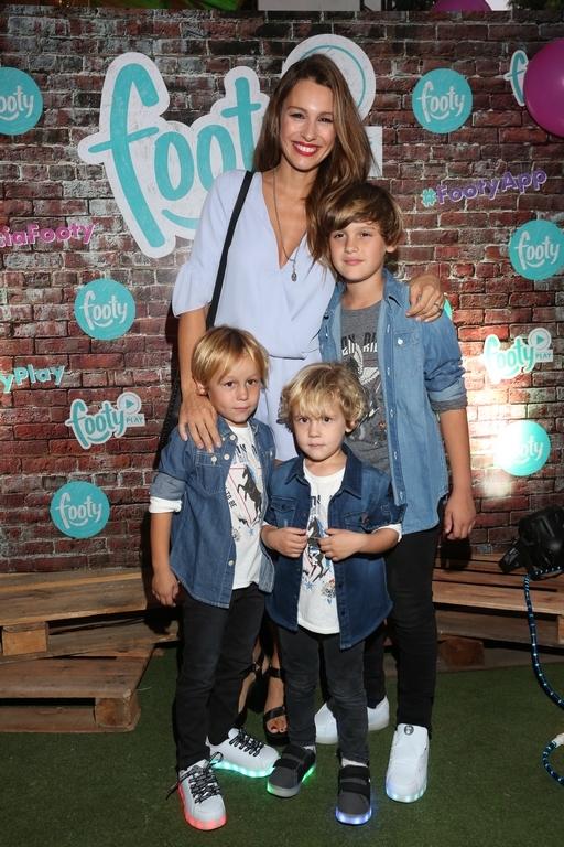 Pampita y sus hijos Bautista, Benicio y Beltran en FOOTY 2