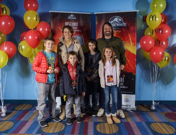 Alejandro Lacroix, su mujer Cecilia Firpo, su hijo Alfonso, Letizia , Felipe y su amiguito en la Avant Premiere de Jurassic World