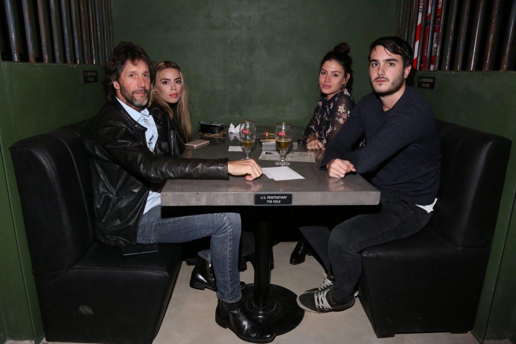 Eduardo y Manuel Celasco junto a sus novias en la inauguración de The Hole junto a Stella Artois