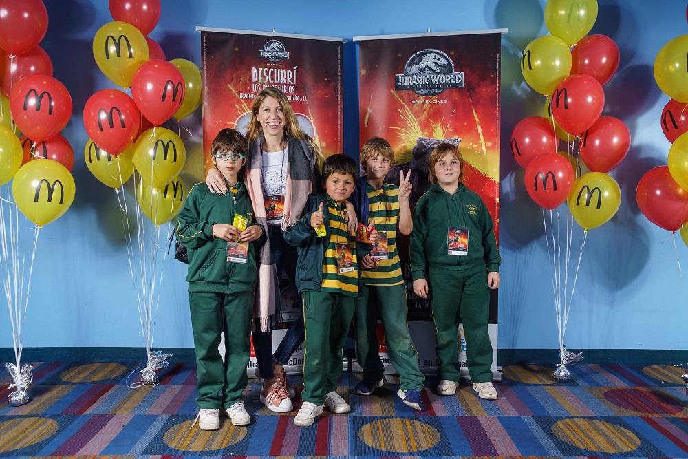 Florencia Bertotti con su hijo Romeo y sus amigos en la Avant Premiere de Jurassic World