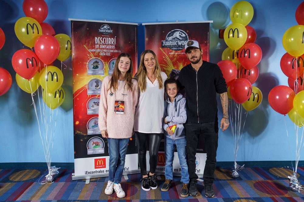 Geraldine Neumann, su marido Jorge Otamendi y sus hijos Helena y Matías en la Avant Premiere de Jurassic World