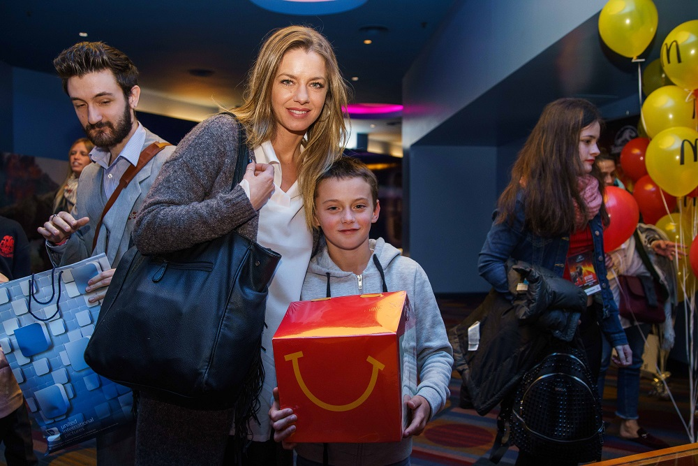 Geraldine Neumann y su hijo Matías junto a la Cajita Feliz en la Avant Premiere de Jurassic World