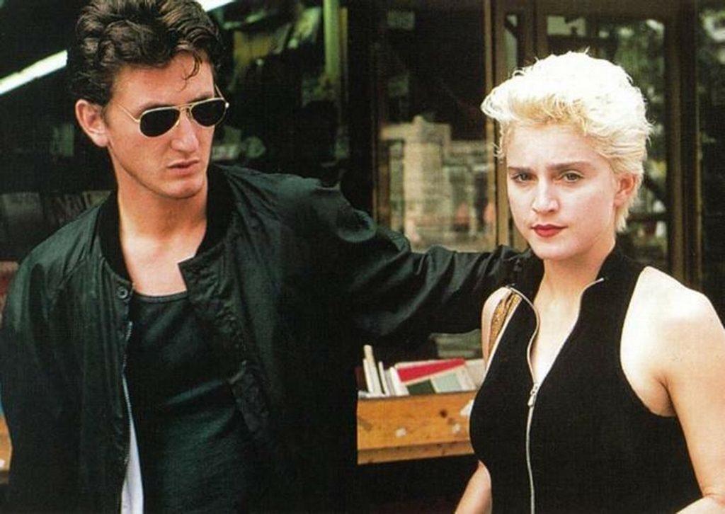 """28 La relación concluyó en 1989, ambos declararon """"diferencias irreconciliables"""" y se divorciaron. Los rumores acusaban al actor como maltratador y violento."""