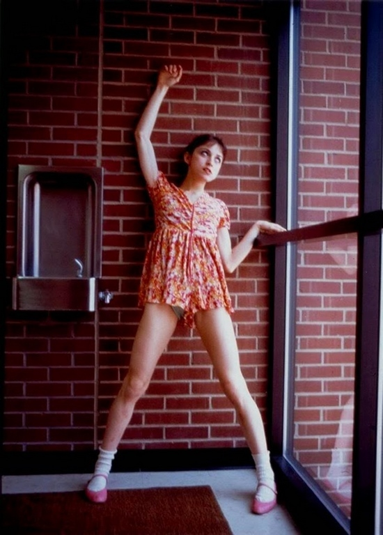3 En simultáneo con la escuela empezó su formación artística con clases de danza que luego continúo en la Universidad de Michigan donde obtuvo una beca