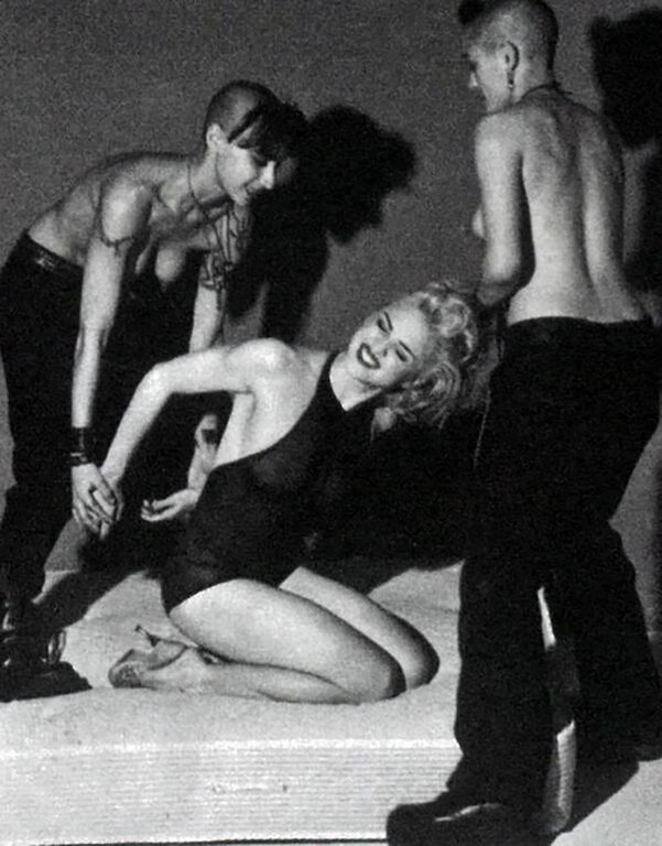 32 En 1992 hizo su jugada más osada con el lanzamiento de una serie de 300 fotos de contenido sexual.