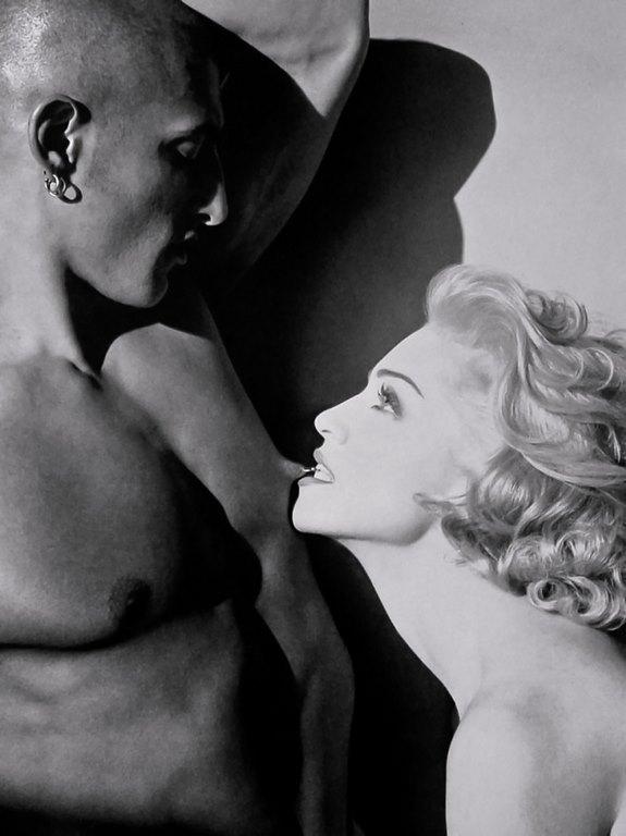 33 Sex, se llamó el libro fotografiado por el gran Steven Meisel. Participaron figuras com Vanilla Ice y Naomi Campbell