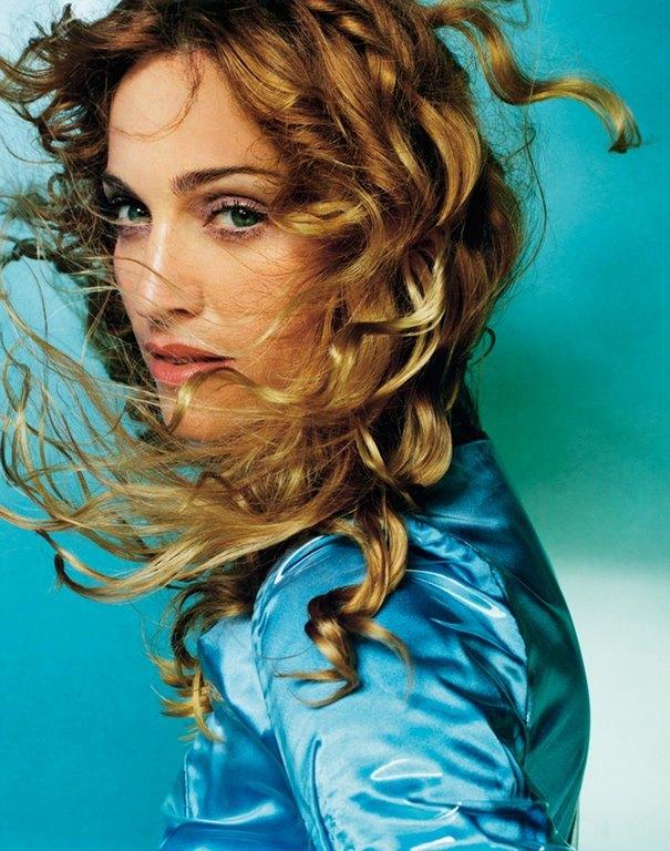 43 Madonna fotografiada por Mario Testino en 1998, imagen que fue portada de su exitoso álbum 'Ray of Light', que se destaca por ser una de las obras más memorables de su carrera