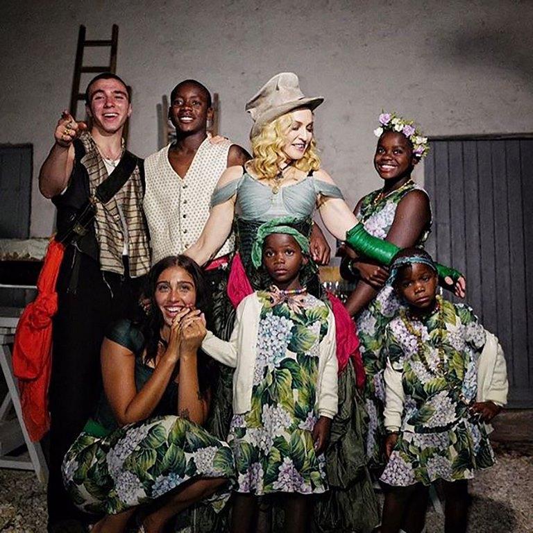 53 Postal familiar completa, Madonna rodeada de sus seis hijos