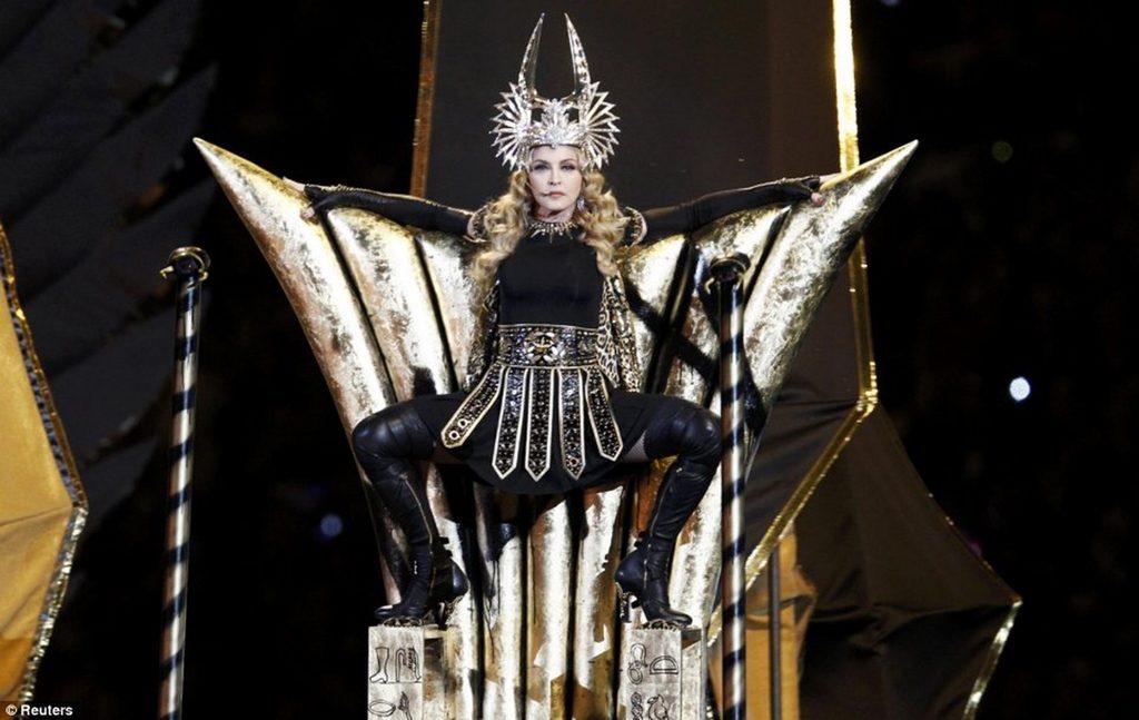 60 Durante el entretiempo del Super Bowl en 2012 Madonna lució un vestuario impactante Givenchy