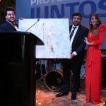 El ganador del sorteo junto a Pampita y Darío en la Gala solidaria de la Fundación Zaldivar