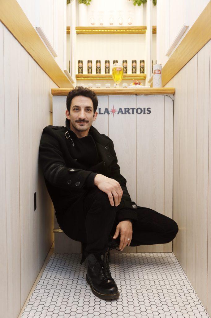 Juan Minujín disfrutando de la Petit Artois en el bar más finito del mundo