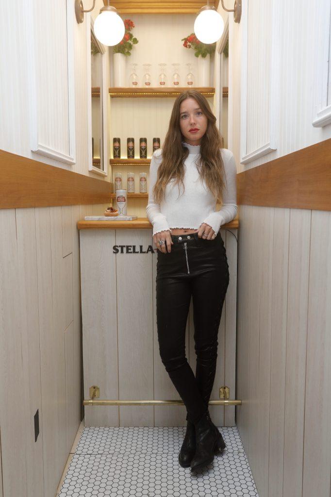 Lucía Celasco disfrutando de la Petit Artois en el bar más finito del mundo