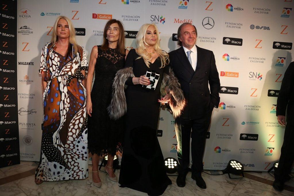 Mercedes Sarrabayrouse y Susana Gimenez junto al Dr. Roberto Zaldivar y su mujer Estela en la Gala solidaria de la Fundación Zaldivar