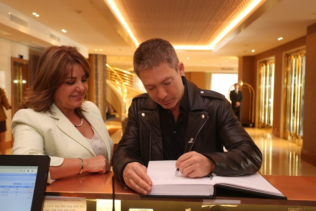 Adrián Suar junto a Claudia Álvarez Argüelles en la apertura del nuevo hotel Grand Brizo Buenos Aires