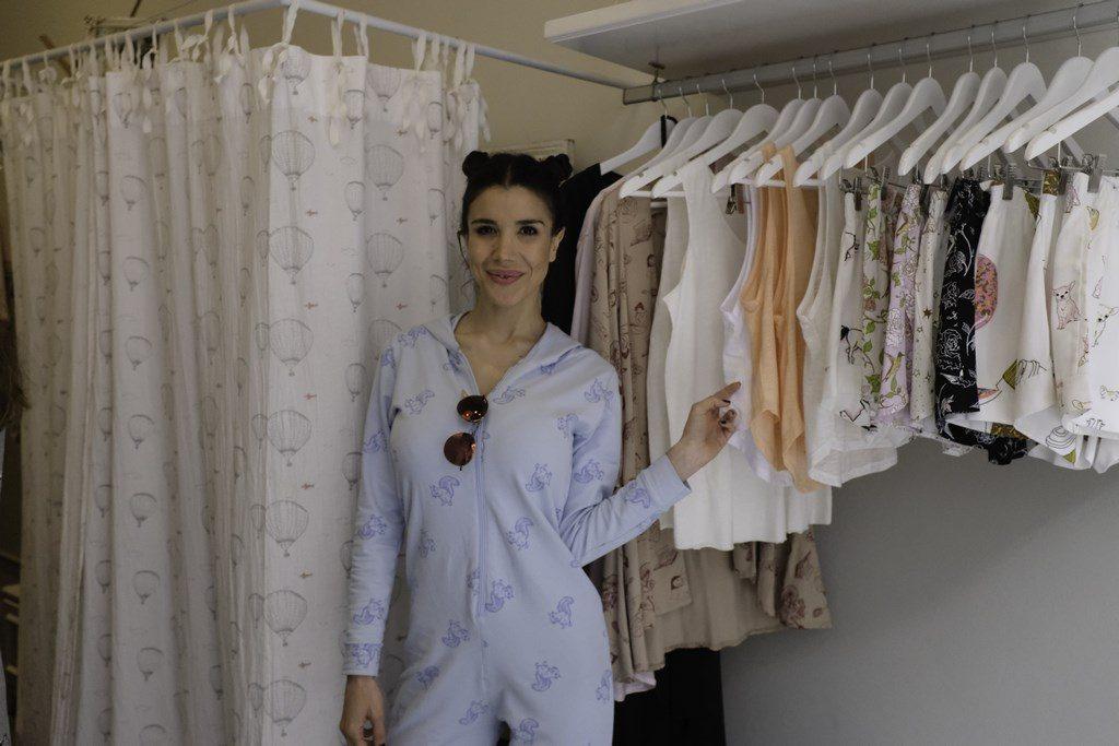 Andrea Rincón en la inauguración del local de Jota & Co, con un total look de la maca.