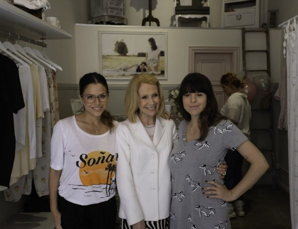 Julieta Ortega junto a su mamá, Evangelina Salazar, y su hermana Rosario en la inauguración de su local Jota & Co