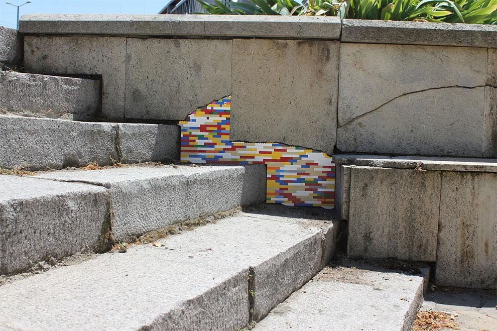 Un artista interviene muros con ladrillos LEGO