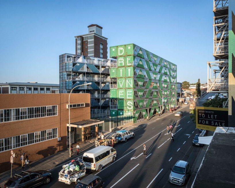 moderno edificio hecho con contenedores (1)