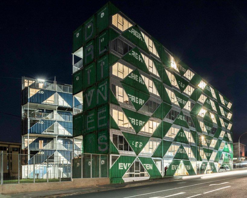 moderno edificio hecho con contenedores (11)