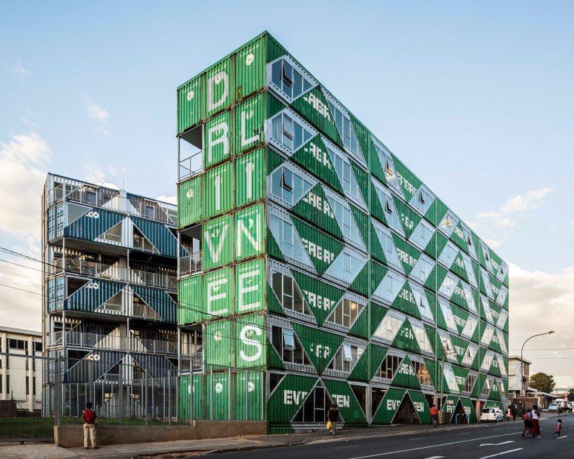 moderno edificio hecho con contenedores (4)