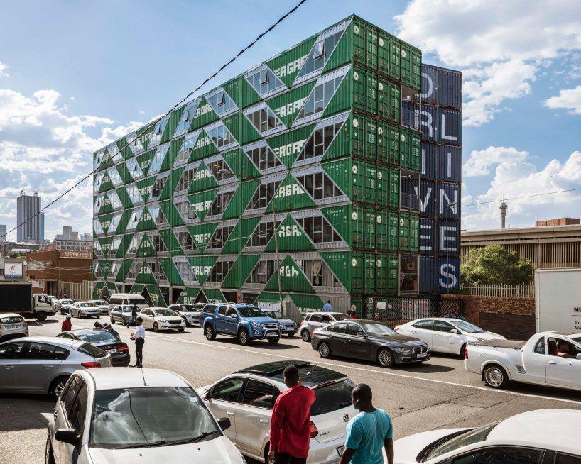 moderno edificio hecho con contenedores (5)
