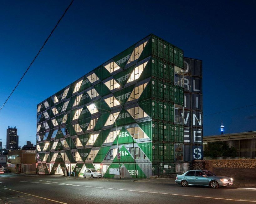 moderno edificio hecho con contenedores (8)