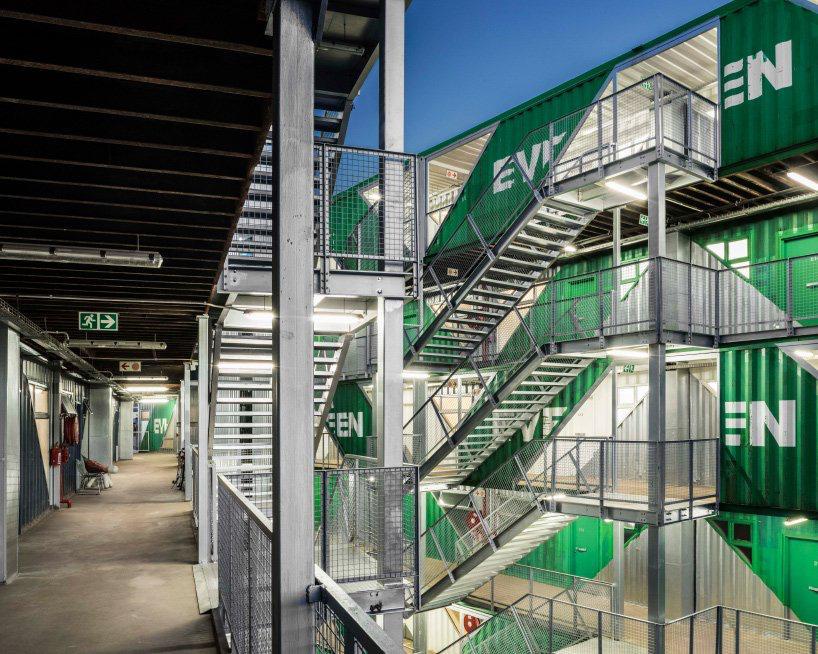 moderno edificio hecho con contenedores (9)