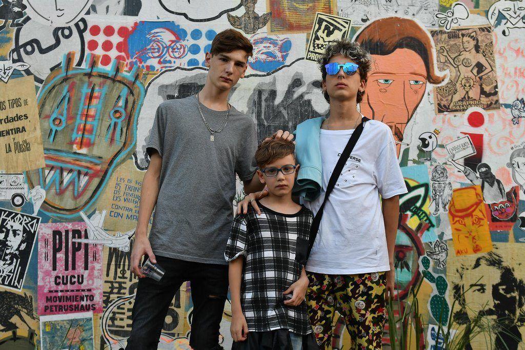 Angelo, Benito y Justino Mutti Spinetta, hijos de Cata Spinetta y Nahuel Mutti en Festival Al Dente Volñ. 6