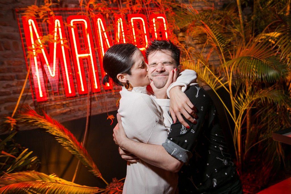 Muy amigos, Flor y Felipe en la apertura de Mamba