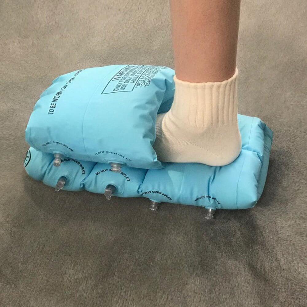 Nicole McLaughlin, la diseñadora que crea calzado y ropa con objetos cotidianos loqueva