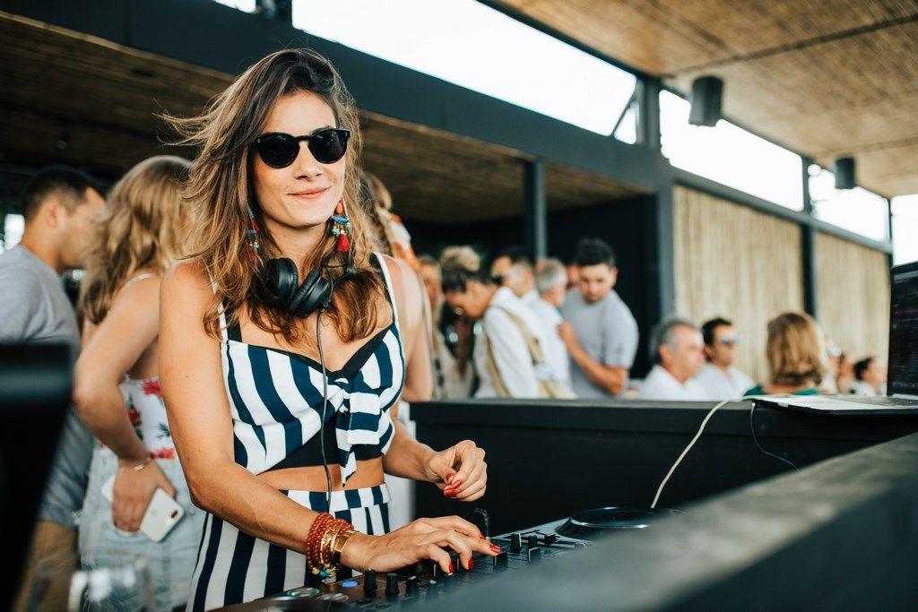 La DJ brasileña Marina Diniz musicalizó el opening de Piedras Beach Club