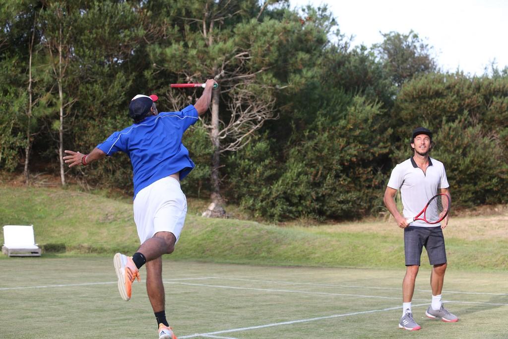 Mariano Zabaleta y Pico Mónaco jugaron contra amateurs en la cancha de tenis del emprendimiento inmobiliario Las Cárcavas