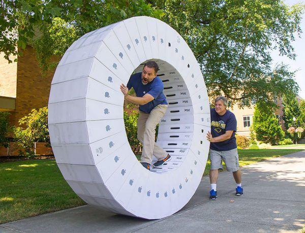 Un par de nerds hicieron una iWheel con 36 cajas de iMac (1)