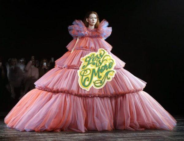 Viktor & Rolf mezclaron alta costura y memes en el Paris Fashion Week