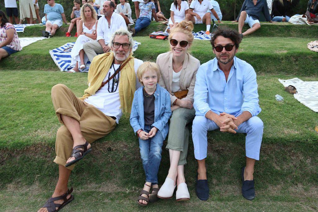 Wally Diamante junto al Chino Moro y su familia en el emprendimiento inmobiliario Las Cárcavas