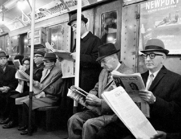 gente leyendo el diario (1)