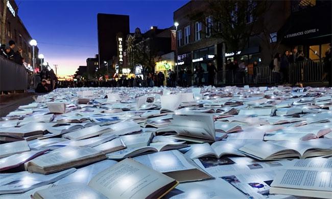 """""""Reading The Road"""" Un río de 11.000 libros brillantes Luzinterruptus loqueva (1)"""