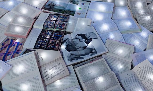"""""""Reading The Road"""" Un río de 11.000 libros brillantes Luzinterruptus loqueva (2)"""