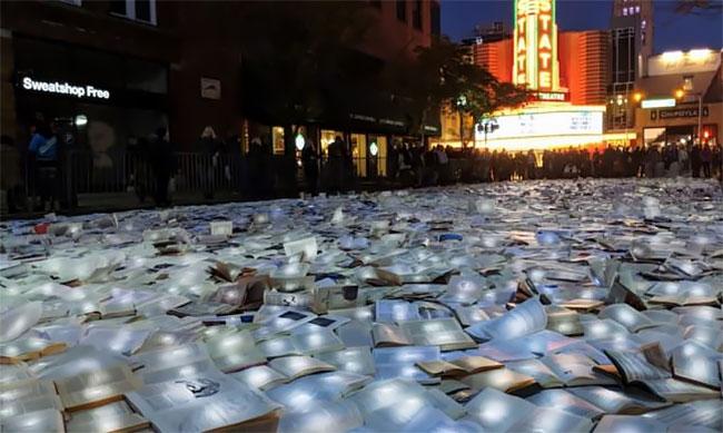 """""""Reading The Road"""" Un río de 11.000 libros brillantes Luzinterruptus loqueva (3)"""