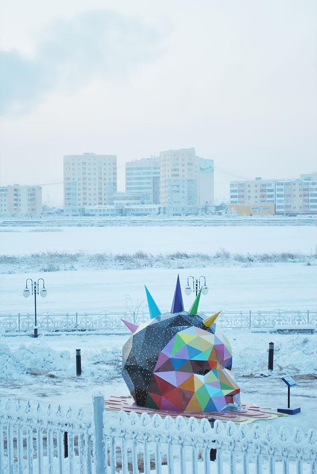 Okuda instala la escultura más al norte del mundo en Yakutsk, Rusia (1)