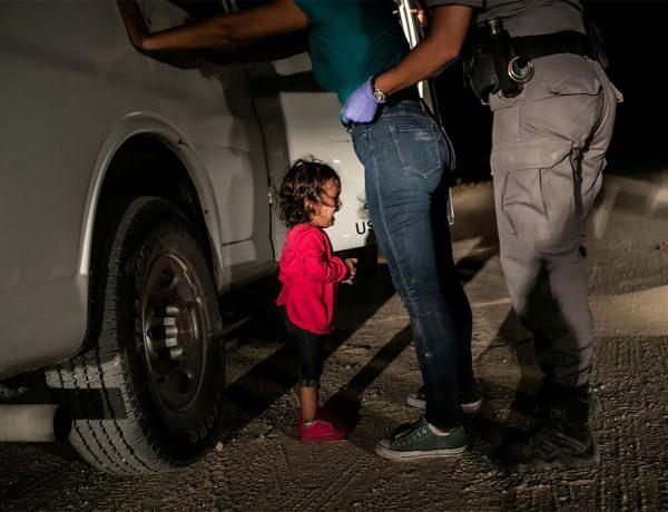 """Ganador: Niña llorando en la frontera, por John Moore. Yanela, de Honduras, llora mientras su madre, Sandra Sánchez, es buscada por un agente de patrulla fronteriza de los EE. UU. En McAllen, Texas, EE. UU. Esta imagen también fue nominada en la categoría de """"noticias puntuales"""". (Foto por John Moore / Getty Images / World Press Photo 2019)"""