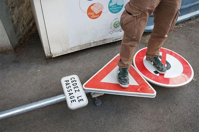 Benedetto Bufalino tabla de skate señal de transito (1)